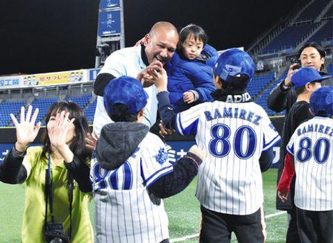 参加した子どもたちとハイタッチするラミレス監督と剣侍ちゃん=横浜市中区で