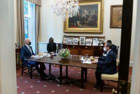 バイデン米大統領(左)と会談する菅首相。昼食にハンバーガーが用意された=16日、ワシントンのホワイトハウスで(バイデン大統領のツイッターより)
