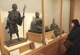 宝物館が再開し、重要文化財の空也上人立像(左)などに見入る来館者=京都市東山区・六波羅蜜寺