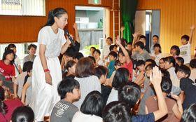 講演で子どもたちの質問に答える安藤桃子さん(19日午後、高知市の昭和小)