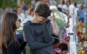 銃乱射事件のあった高校の追悼所で泣く生徒=18日、米フロリダ州パークランド(AP=共同)