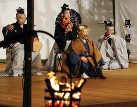 興福寺で始まった伝統行事「薪御能」=17日夕、奈良市