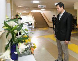 レェ・ティ・ニャット・リンさんの遺影が置かれた献花台を見つめる父のレェ・アイン・ハオさん=17日午前、千葉県松戸市