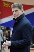 ロシア極東沿海地方の知事選で、投票するコジェミャコ知事代行=16日、ウラジオストク(タス=共同)