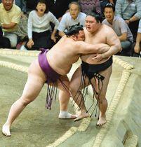 豪栄道(右)を寄り切りで破った朝乃山。結びの一番で鶴竜が敗北し、初優勝を決めた