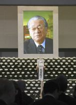 祭壇に飾られた堺屋太一さんの遺影=17日午後、東京都港区の青山葬儀所