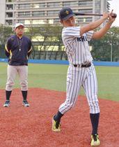 山口直樹コーチ(左)のアドバイスを受けながら、飛躍を誓う伊藤智也選手=埼玉県新座市・立教大