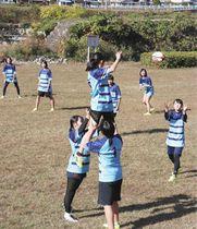 それぞれの運動能力を生かし、ラグビーの練習に励むメンバーら=郡上市大和町で