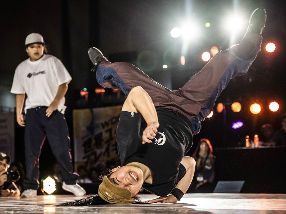 ブレークダンスの世界ユース選手権女子で優勝した河合来夢選手の踊り=2018年5月、川崎市(日本ダンススポーツ連盟提供)