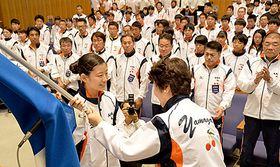 県旗を受け取る旗手の古瀬恋春(手前左、天童高)=山形市・山形国際交流プラザ