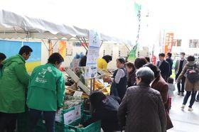 多くの人でにぎわうイベント会場=福岡市、ふくぎん本店広場