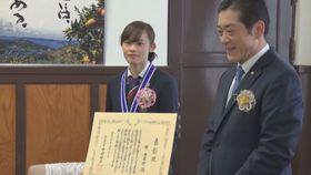 愛顔(えがお)のえひめ文化・スポーツ賞の表彰状とメダルを受け取った郷亜里砂選手(左)=22日、県庁