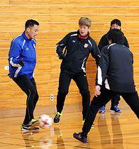 パス回しの練習で体を動かすグルージャ盛岡の土井康平(左)、谷村憲一(左から2番目)ら=雫石町営体育館