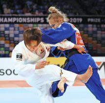 女子48キロ級決勝ウクライナのダリア・ビロディド(右)に敗れた渡名喜風南=日本武道館で