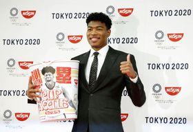 日清食品ホールディングスとスポンサー契約を結び、記者会見でポーズをとる八村塁=22日、東京都内