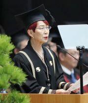 東大の入学式で祝辞を述べる、名誉教授で社会学者の上野千鶴子さん