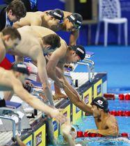 男子400メートルメドレーリレー決勝 短水路日本新記録で3位になり、アンカーの中村(下)を迎える小関。奥右は川本、同左は入江=杭州(共同)