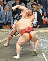 大相撲秋場所で阿武咲(手前)と攻め合う剣翔=両国国技館で