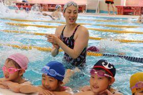 寺川さんから水泳のこつを教わる子どもたち=高松市川部町、市かわなべスポーツセンター