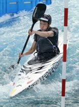 東京都江戸川区のカヌー・スラロームセンターで行われた、国産カヌー「水走」の実戦艇の公開テスト=19日午後