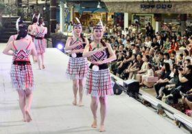 昼の特別ショー「ポリネシアン・サンライトカーニバル」で太平洋・島サミット参加国の伝統舞踊を披露するフラガール