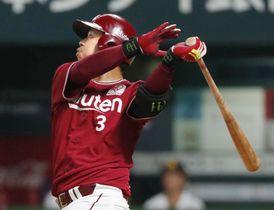 4回、右越えに本塁打を放つ楽天・浅村=ヤフオクドーム