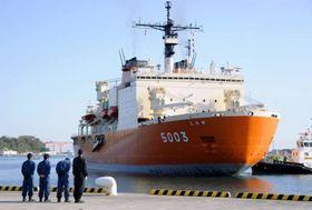 横須賀港に到着した南極観測船「しらせ」=6日午前、神奈川県横須賀市