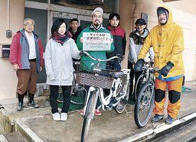サイクリングコースの試走に出発する関係者=能登町宮地の交流宿泊所こぶし前