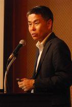 講演する日本サッカー協会の小川佳実審判委員長=静岡市内