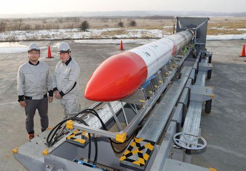 小型ロケットMOMO2号機の横に立つインターステラテクノロジズの稲川貴大社長(左)と堀江貴文さん=3月27日、北海道大樹町