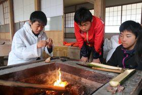火おこしに挑戦する生徒=西海市、無人島「田島」