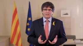 ソーシャルメディアを通じて演説するスペイン・カタルーニャ自治州のプチデモン前州首相=1日(ロイター=共同)