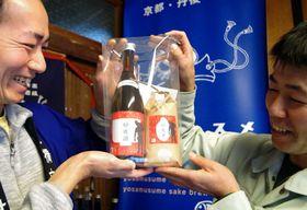 砂後米と砂後酒のセットを手にする西原さん(左)と砂後さん=京都府与謝野町与謝・与謝娘酒造