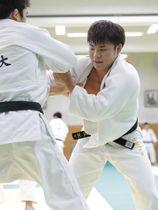 強化合宿で練習する阿部一二三(右)=東京都多摩市の国士舘大