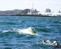 転覆しているのが見つかった漁船=阿南市沖(徳島海上保安部提供)