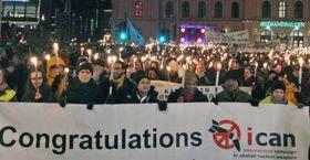 ノルウェー・オスロでノーベル平和賞授賞式が終わった後、トーチを掲げて行進する市民ら=2017年12月10日