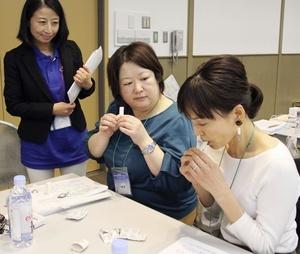 並んで座り、吸入薬の使い方指導の練習をする研修会参加者