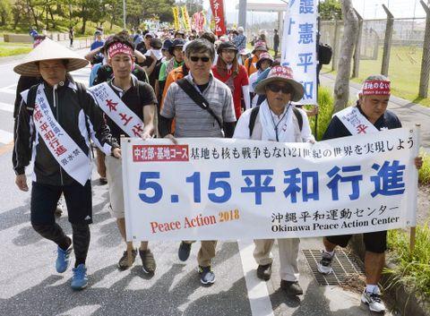 5月15日で沖縄の本土復帰から46年となるのを前に、米軍基地負担の軽減を訴える「平和行進」が11日から始まった=沖縄県名護市辺野古の米軍キャンプ・シュワブのゲート前