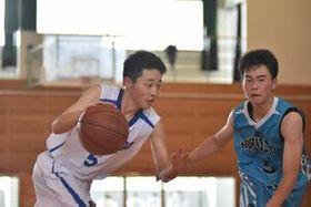バスケットボール男子1回戦・多久-北陵 多久の居石亮太(左)が鋭く切れ込む=多久高