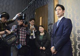 自民党道連との会合後、取材に応じる鈴木直道夕張市長(右)=19日午後、札幌市