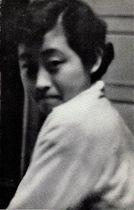 死の20日前、文学部研究室で。樺はなかなか写真を撮らせなかったという。名前を呼ばれて振り返った瞬間をとらえた1枚(加藤栄一さん撮影)