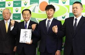 長尾市長(左から2人目)にプロでの活躍を誓った内山(右から2人目)