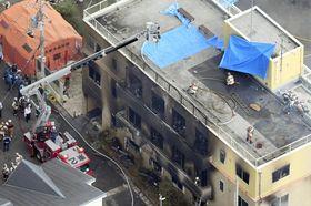 火災があった「京都アニメーション」のスタジオ=18日午後2時48分、京都市伏見区(共同通信社ヘリから)