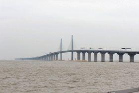 香港(写真奥)と珠海・マカオ(手前)を結ぶ大橋。トンネル部分も合わせ全長55キロに及ぶ