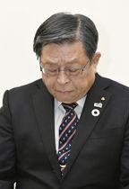 政治資金問題で辞職願を提出し、記者会見で謝罪する竹山修身堺市長=22日午後、堺市役所