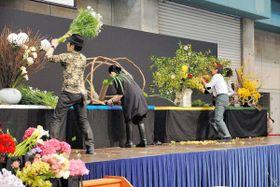 「花生けバトルSURVIVE」で作品を制作する華道家ら=高松市林町、サンメッセ香川