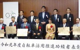 自転車活用推進功績者の表彰式で記念撮影する受賞者ら=20日午後、国交省