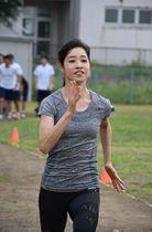 母校で後輩の陸上部員たちと練習する倉内選手=21日、青森第二高等養護学校