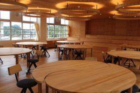 勾玉形の机が並ぶ教室=長崎県佐世保市、九州文化学園小中学校