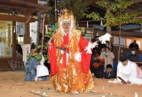 銀鏡神社の主祭神「西之宮大明神」の御神面を着けて舞う上米良さん=14日午後、西都市銀鏡